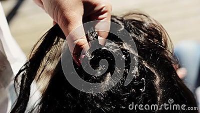 Trecce del tessuto della donna alla ragazza sulla spiaggia hairstyle Giorno pieno di sole di estate carefree video d archivio