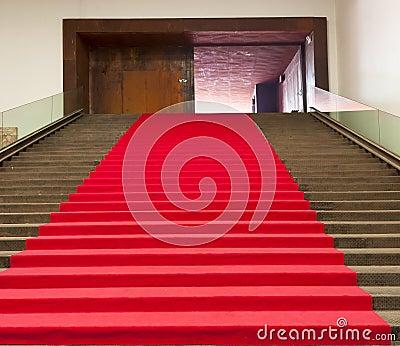 Treden die met rood tapijt worden behandeld