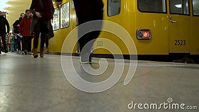 Trein en passagiers op het perron van het Alekseplatz Underground Railway Station in Berlijn, Duitsland stock video