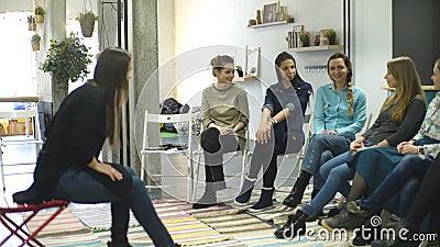 Treinador e grupo de apoio durante a terapia psicológica formação para mulheres desenvolvimento da sensualidade video estoque