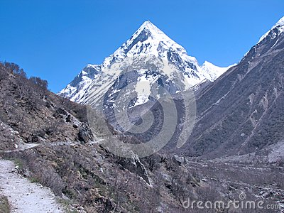 A trek leading to  Bhagirathi peak behind gomukh