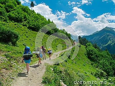 Trekking de jeunes femmes dans Svaneti,
