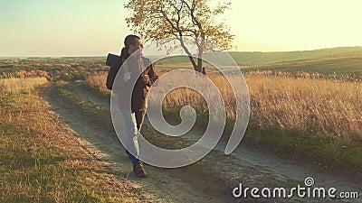 Trekking di camminata delle montagne del turista dell'uomo della viandante da solo Riuscito uomo attivo che viaggia con lo zaino  stock footage