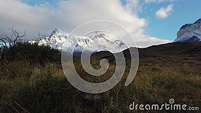 Trekking i patagonien bredvid berget Cerro Paine Grande Vy över berget Cerro Payne Grande och Torres del Paine stock video