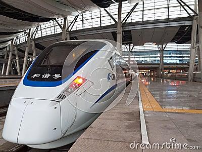 Trem de alta velocidade na estação Fotografia Editorial