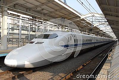 Trem de bala na estação de Kyoto