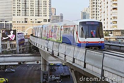 Trem elétrico nos trilhos elevados em Banguecoque Foto Editorial