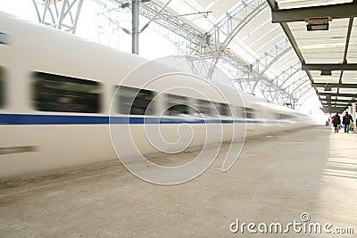 Trem rápido no movimento