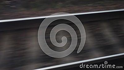 Tren, carriles y durmientes móviles en el movimiento comunicación ferroviaria entre las ciudades y los países Viaja el mundo A metrajes