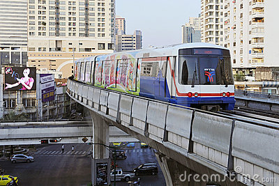 Tren eléctrico en los carriles elevados en Bangkok Foto editorial