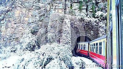 Tren histórico camino a Shimla después de la nevada, declarado Patrimonio de la Humanidad por la UNESCO, Himachal Pradesh, India almacen de video