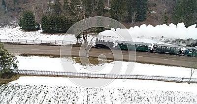 Tren viejo rumano del vapor en la opinión aérea de Bucovina con el abejón metrajes