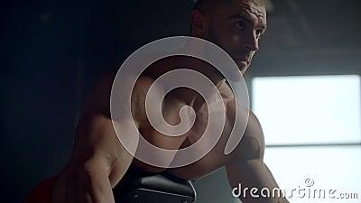 Trening siły najszerszych mięśni pleców Bodybuilding prowadzi trening z ciężarem zbiory
