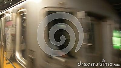 Treno che arriva alla stazione del viale del dekalb nel sistema del sottopassaggio di Ny stock footage