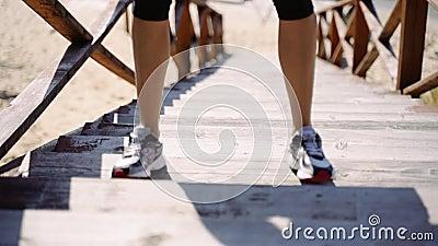Treppe springen Junge Frau, die sich mit einem Sprung auf eine Holzleiter am Fluss besetzt Zeitlupe stock footage