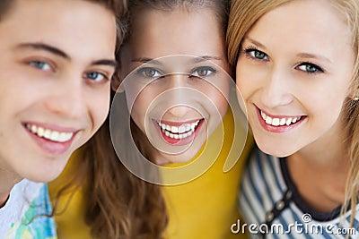 Tres amigos jovenes