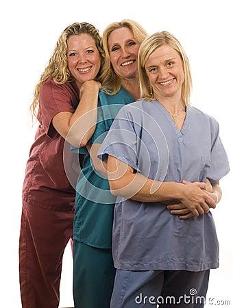Tres enfermeras en médico friegan la ropa