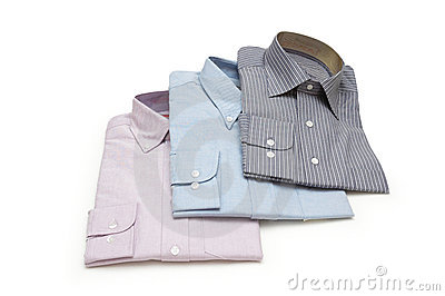 Tres pila de discos las camisas aisladas