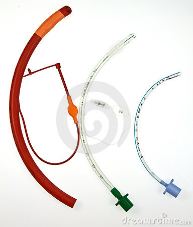 Tres tubos endotraqueales de varios diseños