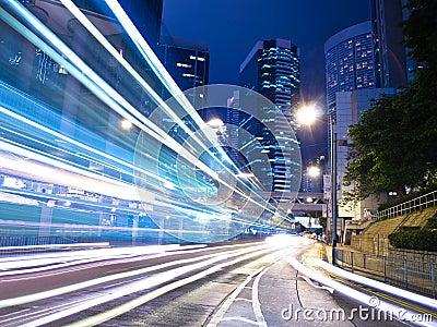 Tráfico de ciudad urbano en la noche