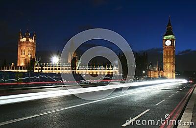 Tráfico de la señal y de ciudad de Londres en la noche