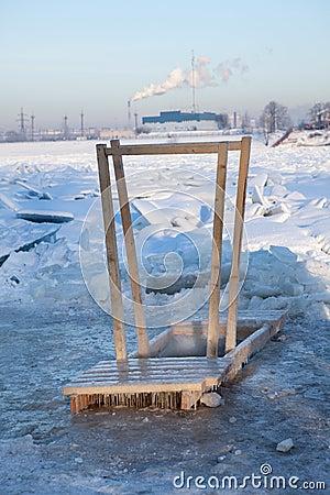 Trähandrailen för kommande i is spela golfboll i hål bevattnar