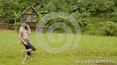 Tribe, homem engraçado caminhando filme