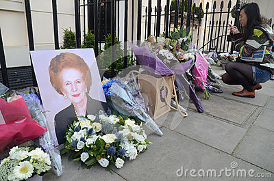Tributos a la ex iglesia de monasterio primera británica Margret Thatcher Who Died L Foto editorial