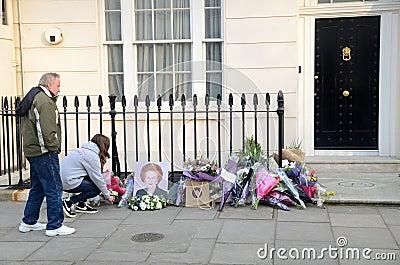 Tributos a la ex iglesia de monasterio primera británica Margret Thatcher Who Died L Imagen editorial