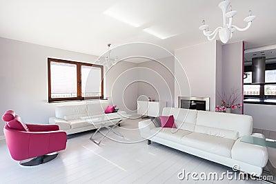 Trillend plattelandshuisje witte en roze woonkamer royalty vrije stock fotografie afbeelding - Moderne woonkamer fotos ...