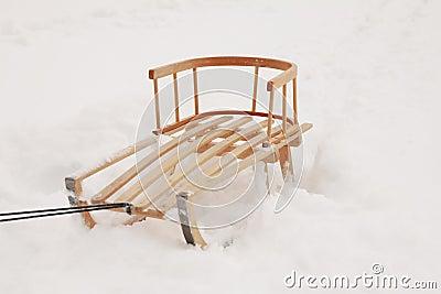 Trineo de madera en la nieve