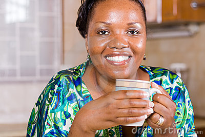 Trinkender Kaffee der afrikanischen Frau zu Hause