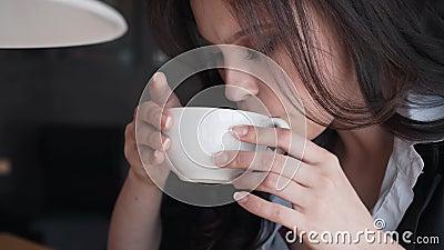 Trinkender Kaffee des schönen Brunettemädchens in einem Restaurant Genießt Geschmack und Aroma stock footage