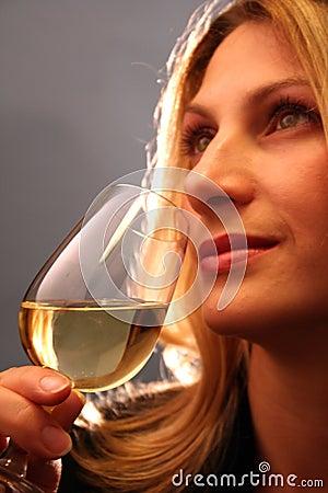 Trinkender Wein.
