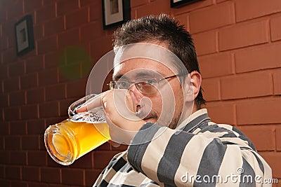 Trinkendes Bier des Mannes