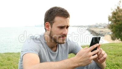 Triste garoto reclamando de verificar o conteúdo do telefone vídeos de arquivo