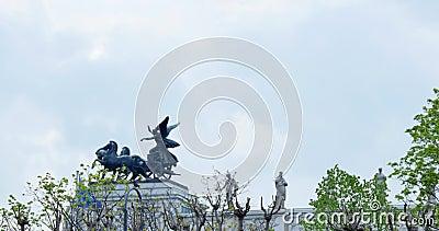 Triumfvagn på parlamentet i Wien, Österrike, flaggan i vinden, staty stock video