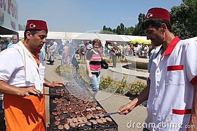 Türkische Chefs, die gegrilltes Fleisch kochen Redaktionelles Foto