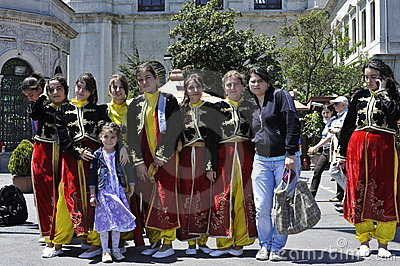 Türkische Damen in der traditionellen Kleidung Redaktionelles Stockbild