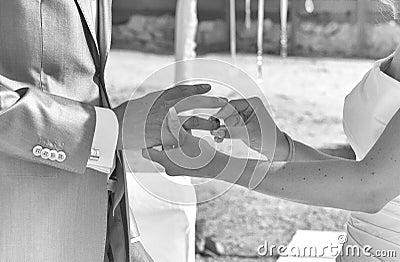 Trocando anéis de casamento