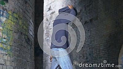 Troebel zwart mannetje met honkbalknuppel na slachtoffer, stedelijk gevaar, misbruik stock footage