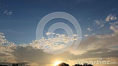 Troebele tropische zonsopgang met zwarte wolk die voorbij komt stock footage