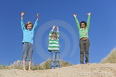 Trois bras d enfants augmentés ayant l amusement sur la plage