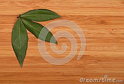 trois feuilles de baie dans le coin en bambou de conseil en bois photo stock image 69987884. Black Bedroom Furniture Sets. Home Design Ideas