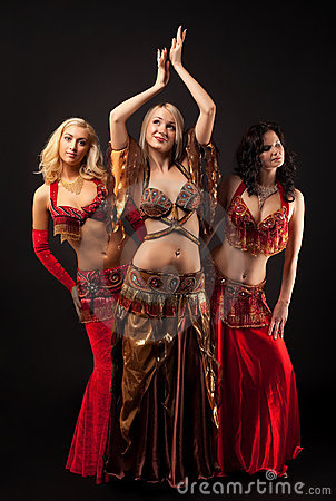 Trois jeunes filles dansent dans le costume Arabe