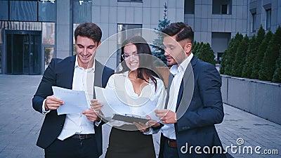 Trois personnes d'homme d'affaires et de femme d'affaires groupent la strat?gie parlante ensemble. Collaboration, s'?levant, conce banque de vidéos