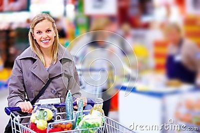 Trole de empurrão moderno feliz no supermercado