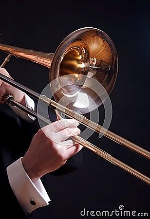 Trombone sur le noir