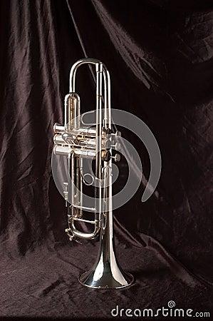Trompeta de plata en negro