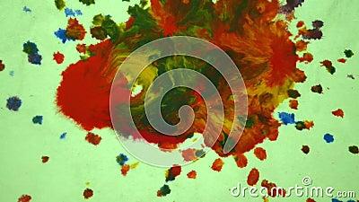 Tropfen Sie Tropfen von verschiedenen roten, blauen, gelben, orange Farben und gemischt stock video footage